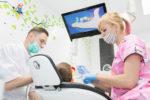 Ребенок смотрим мультфильм в детской стоматологии
